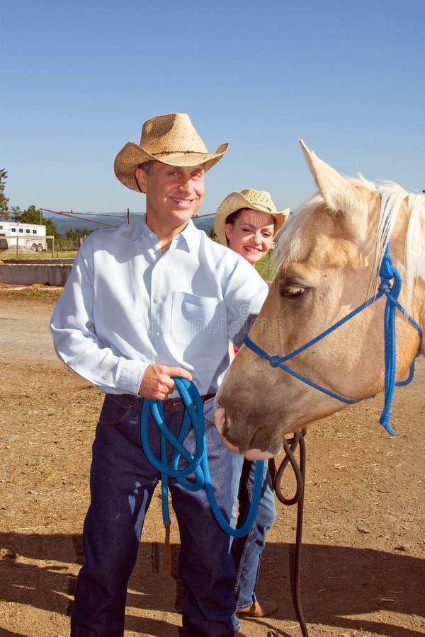 Cowboy, Cowgirl und Pferd - Vertikale lizenzfreies stockbild