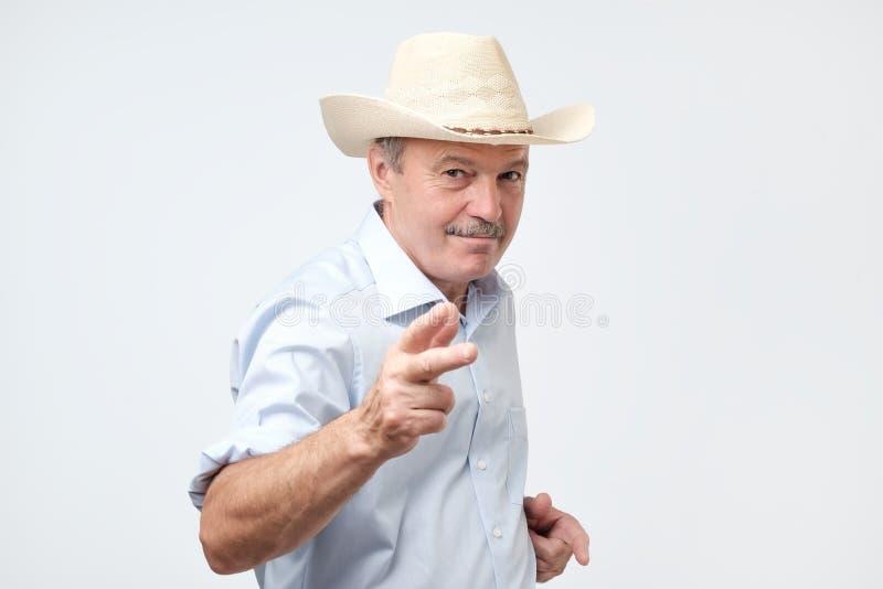 Cowboy de port d'homme mûr dans le studio Il regarde l'appareil-photo avec confiance photos libres de droits