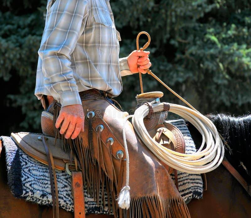 Cowboy, der draußen reitet stockbilder