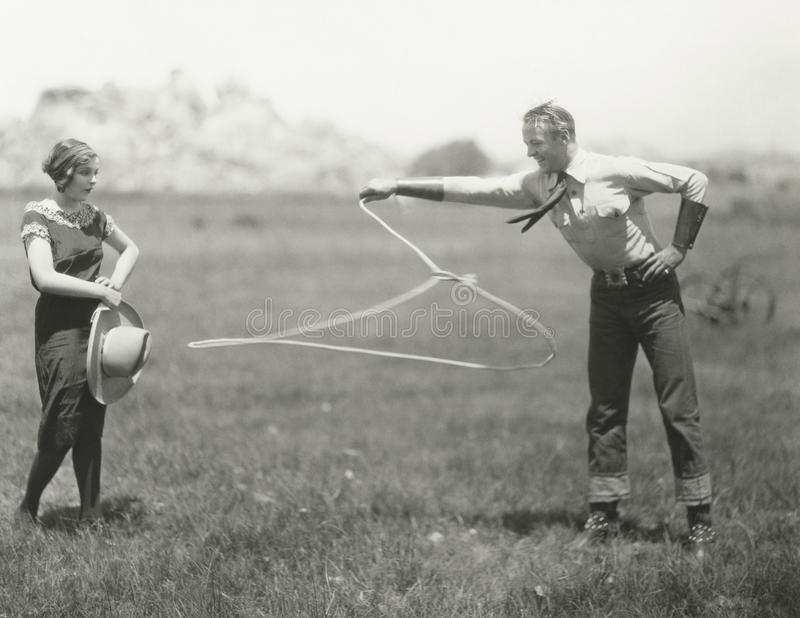 Cowboy, der seine roping Fähigkeiten vorführt stockfotos