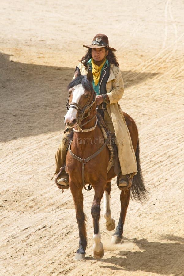 Cowboy die een paard berijdt royalty-vrije stock foto