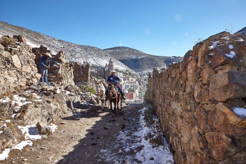 Cowboy die een paard in Real DE Catorce Mexico berijden royalty-vrije stock fotografie