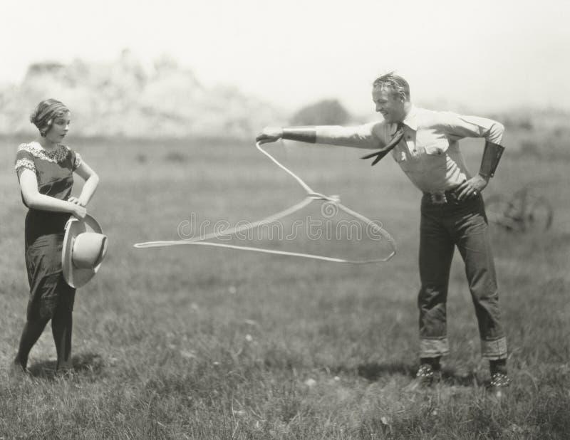 Cowboy die met zijn roping vaardigheden pronken stock foto's
