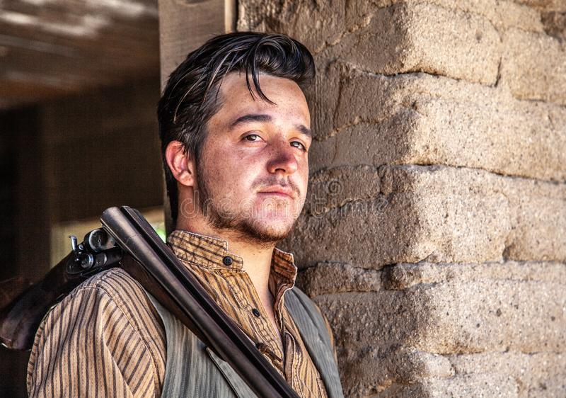 Cowboy in entrata con il fucile a vecchio Tucson fotografia stock