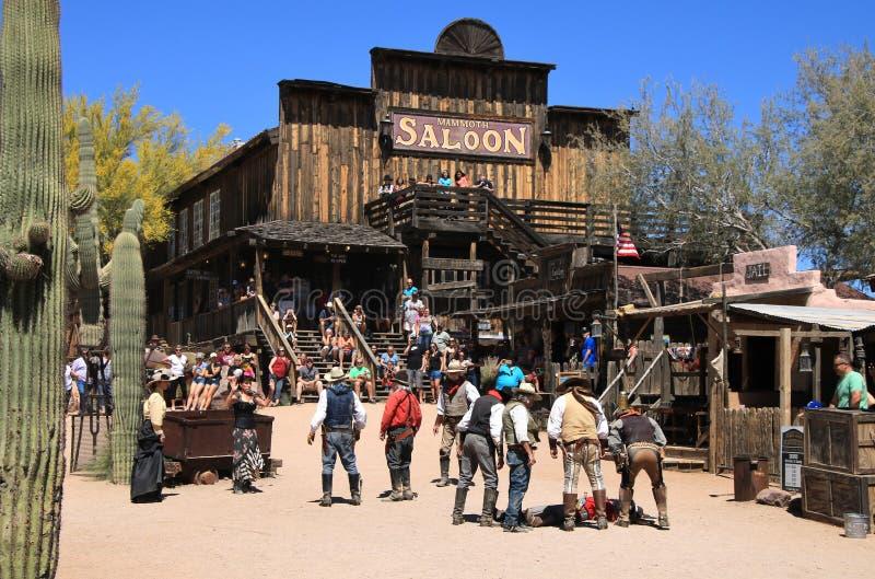 Cowboy Gunfighters alla città fantasma di zona aurifera fotografia stock libera da diritti