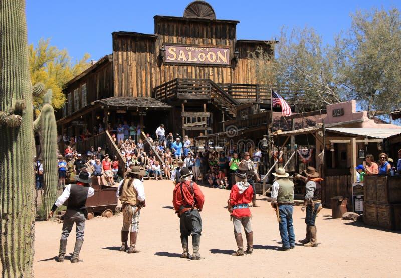 Cowboy Gunfighters alla città fantasma di zona aurifera immagini stock libere da diritti