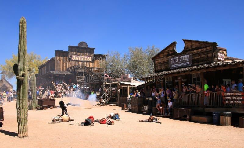 Cowboy Gunfighters an der Goldvorkommen-Geisterstadt stockfotografie