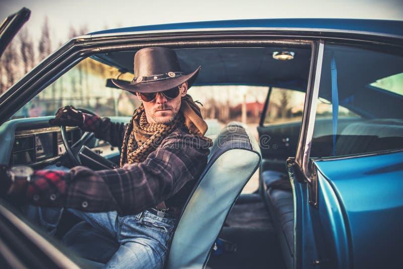 Cowboy im Auto stockbild