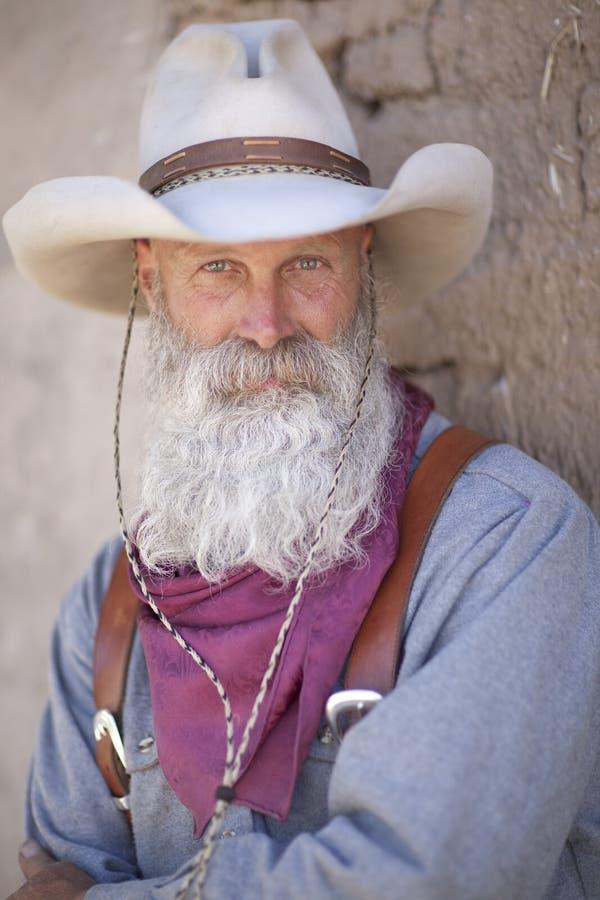 Cowboy mit einem langen weißen Bart lizenzfreie stockfotografie