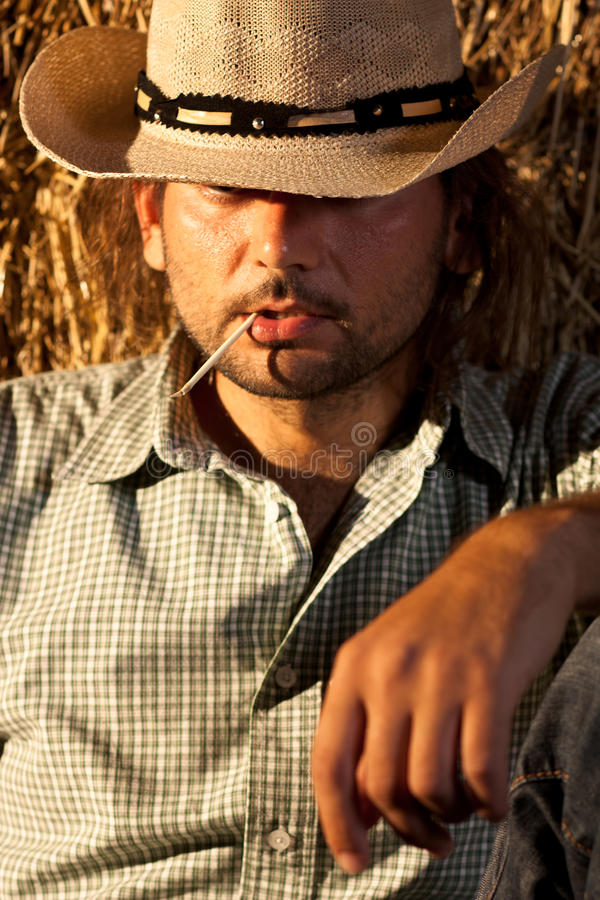 Cowboy mit Stroh in seinem Mund stockfoto