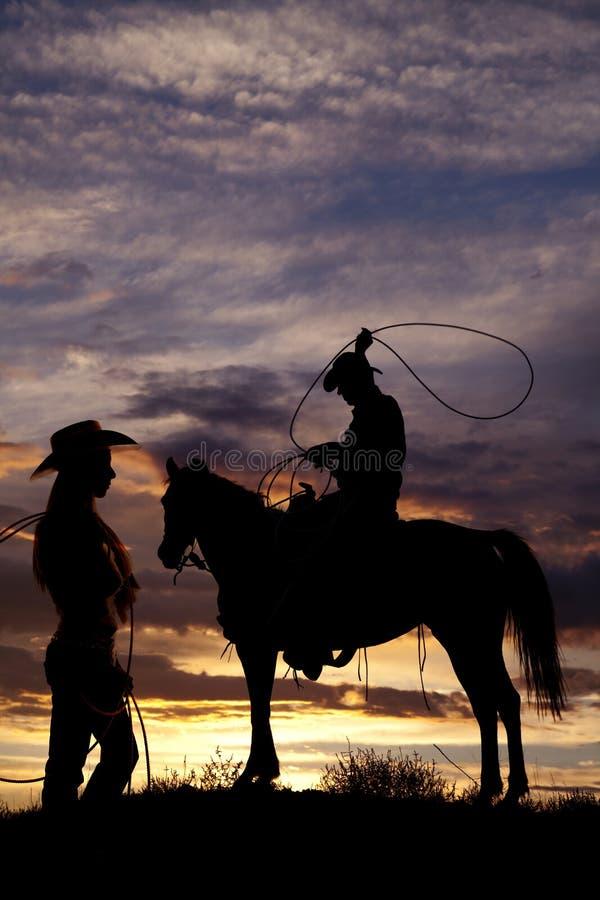 Cowboy na corda de balanço do cavalo imagens de stock