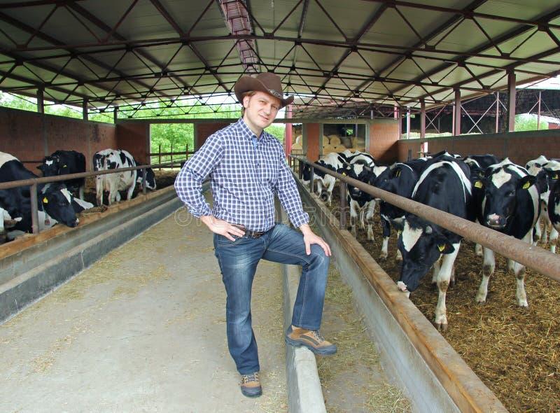 Cowboy na exploração agrícola imagens de stock