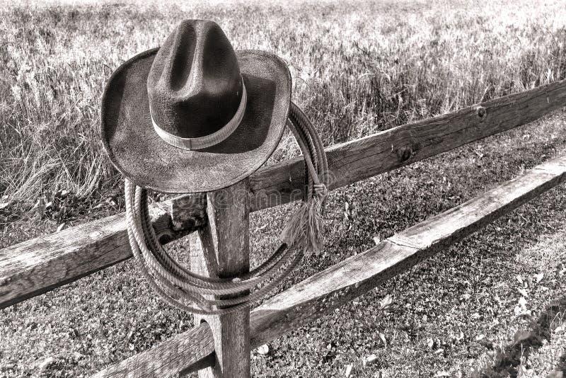 Cowboy occidental américain Hat de rodéo et lasso sur la barrière images stock