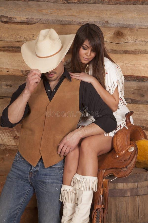 Cowboy- och indierkvinnan sitter den dolde sadelframsidan royaltyfri fotografi