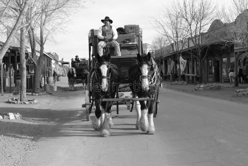 Cowboy op stagecoach in Grafsteen stock afbeeldingen