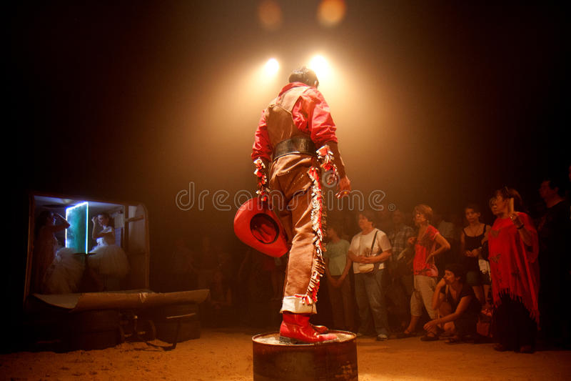 Download Cowboy på en petrolcan. redaktionell fotografering för bildbyråer. Bild av kultur - 27280329