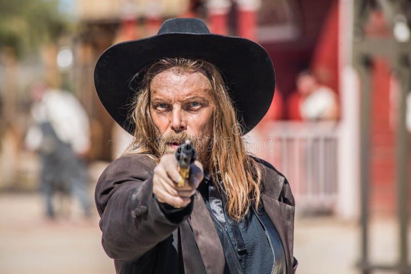 Cowboy Points Gun à vous photographie stock libre de droits