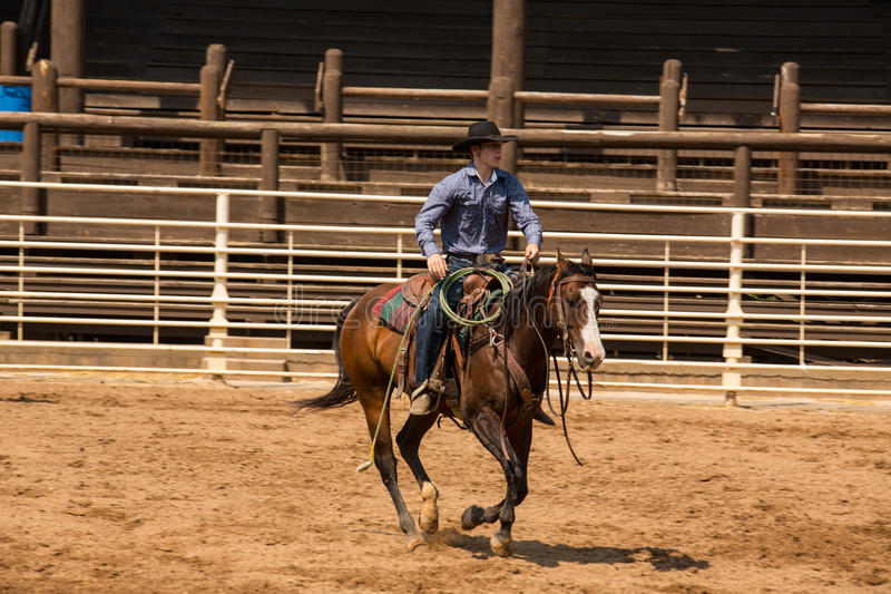 Cowboy Riding His Horse in Ballast-South- Dakotarodeo lizenzfreie stockfotos