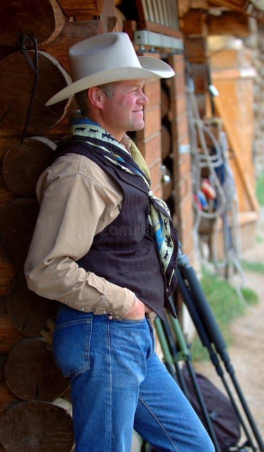 Download Cowboy Se Penchant Contre La Construction - Côté Photo stock - Image du homme, occidental: 728556