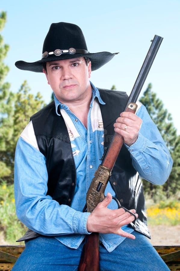 Cowboy som pekar ett gevär arkivbild
