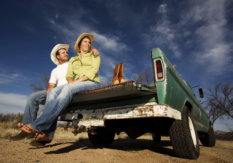 Cowboy und Frau auf Kleintransporter lizenzfreie stockfotos