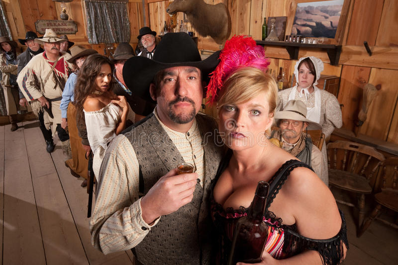 Cowboy-und Revuegirl-Trinken stockbilder