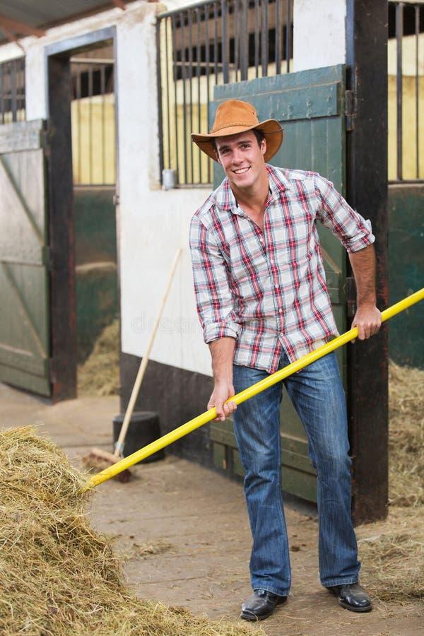 Cowboy werkende stal stock foto