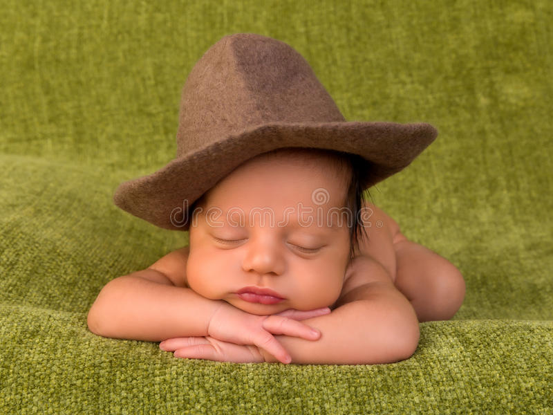 Cowboyen behandla som ett barn royaltyfri fotografi