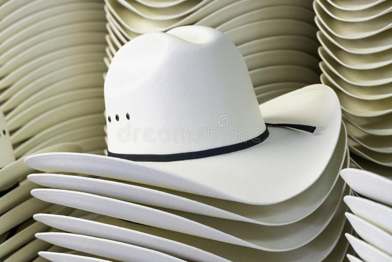 Cowboyhüte auf Anzeige für den Calgary-Ansturm lizenzfreie stockfotos