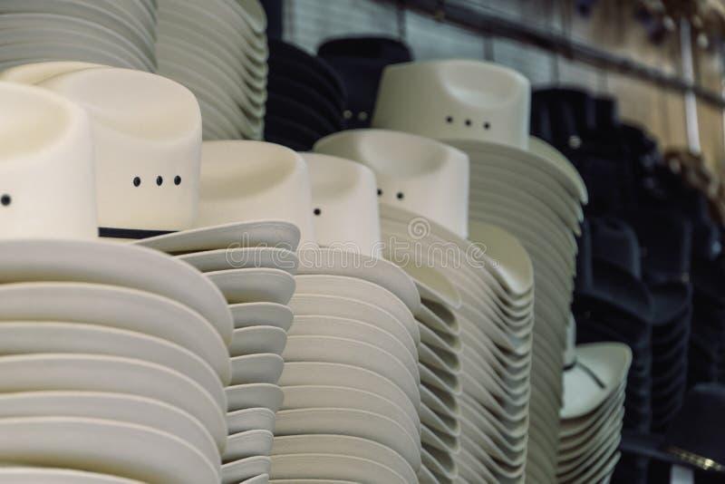 Cowboyhüte auf Anzeige für den Calgary-Ansturm stockfoto