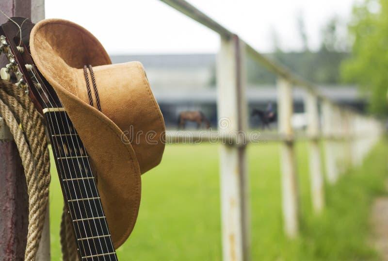 Cowboyhatt och gitarr arkivfoton