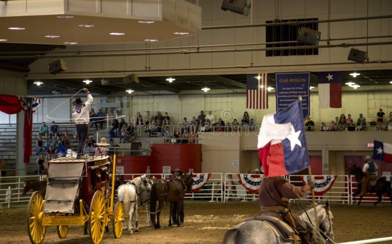 Cowboyritthäst med flaggan på den ensamma stjärnarusningshowen arkivfoto