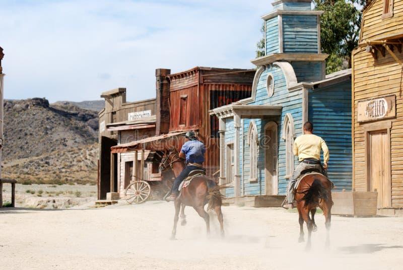Cowboys in een Amerikaanse westelijke stad stock foto's