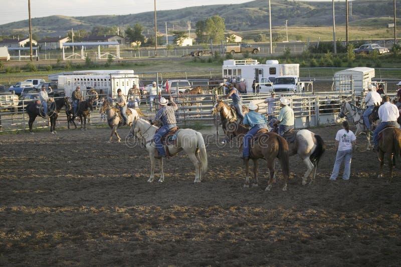 Cowboys på PRCA-rodeoen royaltyfri fotografi