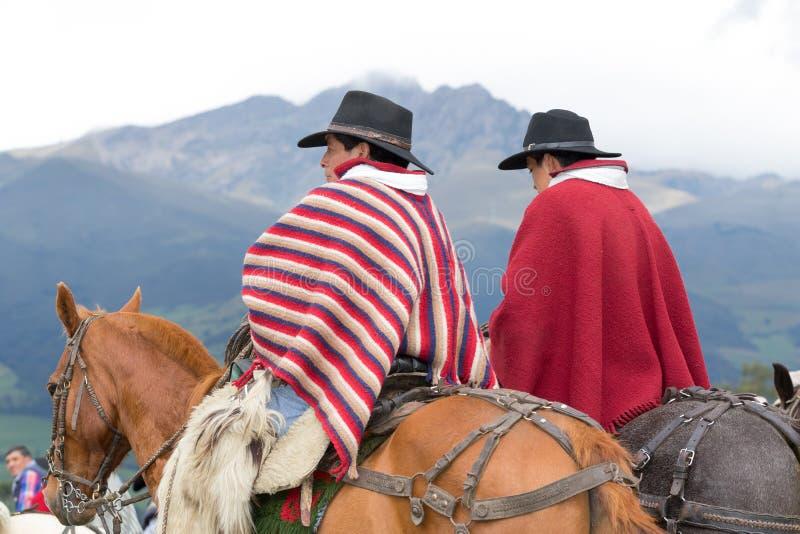 Cowboys quechua indigènes dans les Andes image stock