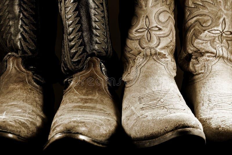 Cowboystiefel in der kontrastreichen Leuchte stockfotografie