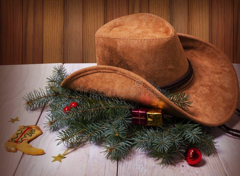 Cowboywesthut und Weihnachtsdekoration auf hölzernem Hintergrund vektor abbildung