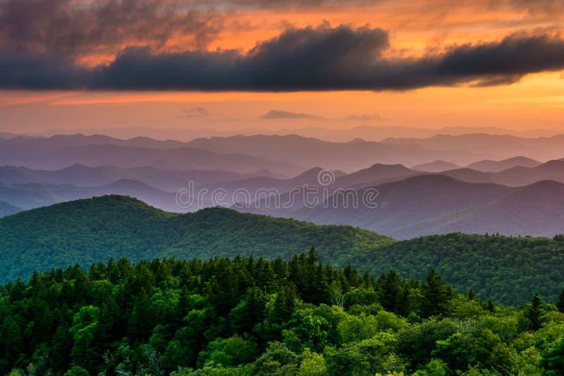 从Cowee山的日落在蓝岭山行车通道俯视, 免版税库存图片