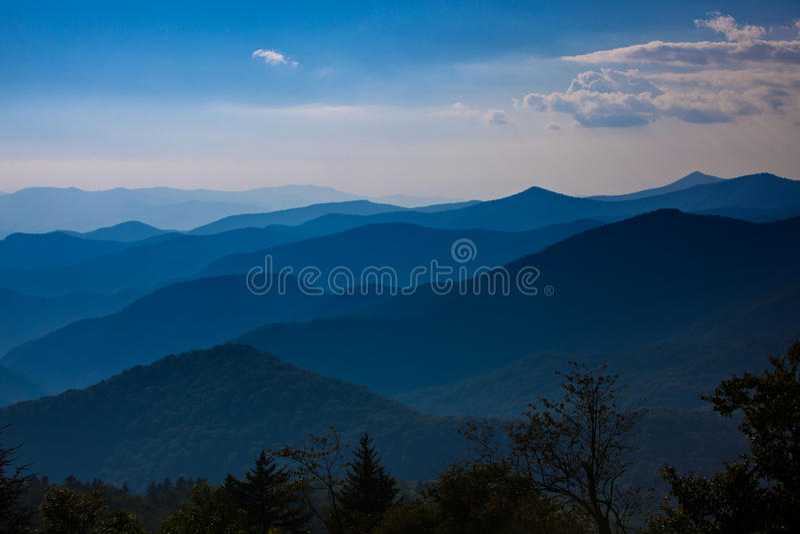 Cowee negligencia das montanhas de cume azul antes do por do sol imagens de stock royalty free