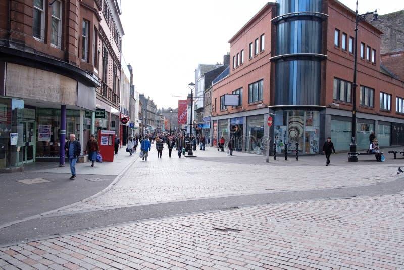 Cowgate, konstabl ulica w Szkocja Dundee ruchliwie z kupującymi i gościami obraz royalty free