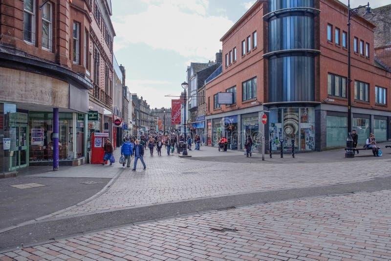 Cowgate, konstabl ulica w Szkocja Dundee ruchliwie z kupującymi i gościami fotografia royalty free