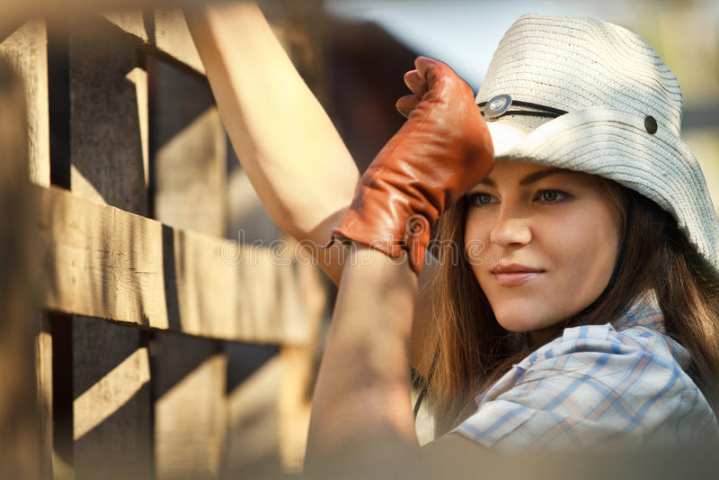 cowgirl επόμενο stetson φραγών σε ξύλιν&om στοκ εικόνα