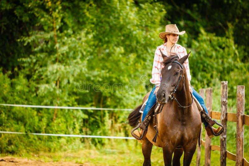 Cowgirl που κάνει την ιππασία στο λιβάδι επαρχίας στοκ εικόνες με δικαίωμα ελεύθερης χρήσης