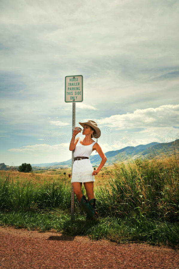 Cowgirl σε μια πλευρά ενός δρόμου στοκ φωτογραφίες
