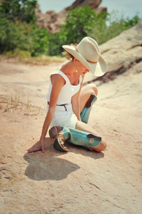 Cowgirl στα βουνά στοκ φωτογραφίες με δικαίωμα ελεύθερης χρήσης