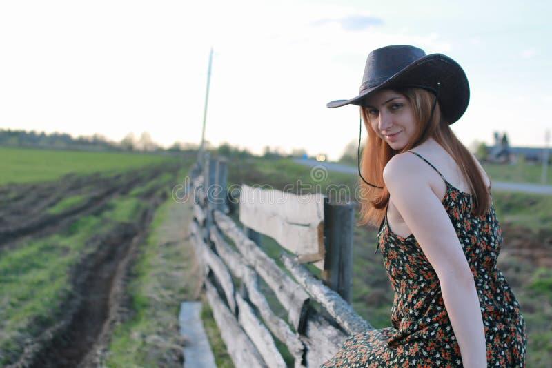 Cowgirl στο καπέλο με την κιθάρα υπαίθρια στοκ φωτογραφίες με δικαίωμα ελεύθερης χρήσης