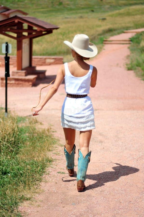 Cowgirl στο δρόμο στοκ εικόνες με δικαίωμα ελεύθερης χρήσης