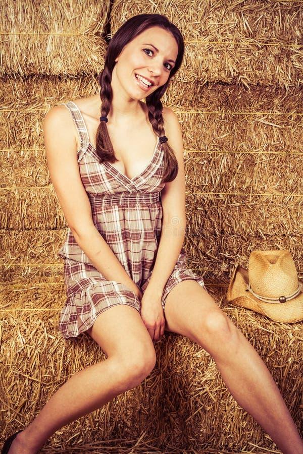 Cowgirl στο σανό στοκ φωτογραφία