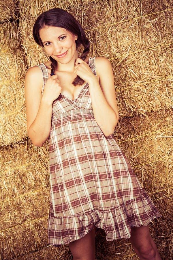 Cowgirl bonito no feno fotos de stock royalty free