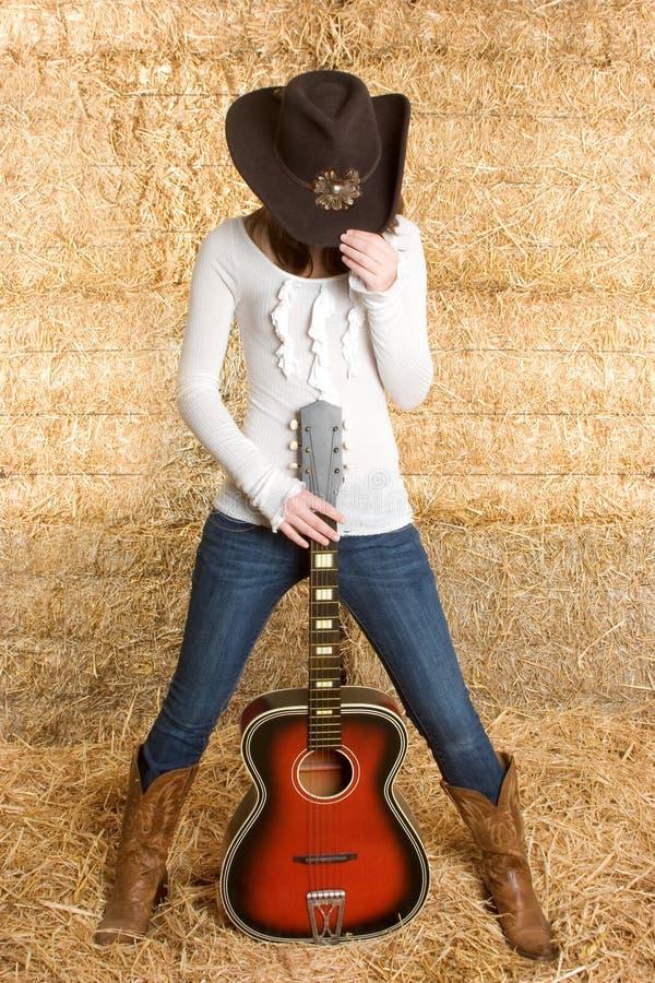 Cowgirl con la chitarra fotografia stock